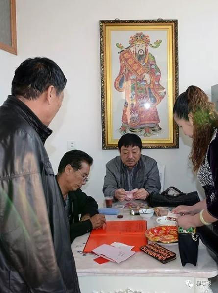 2015年10月,新农村的婚礼,新人家属正在登记礼金。刘玉祥摄