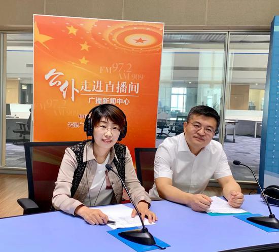 右起:天津市招生考试院副院长王泽来、高招处副处长付慧宇