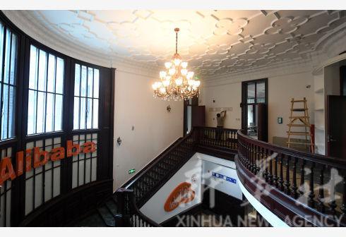 ↑工作人员在天津市和平区原天津英国领事官邸内装修,为阿里巴巴天津中心的入驻办公做准备(8月27日摄)。