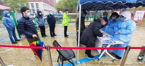 11月21日中新天津生态城水岸社区检测点居民有序筛查。(央广网发 中新天津生态城供图)