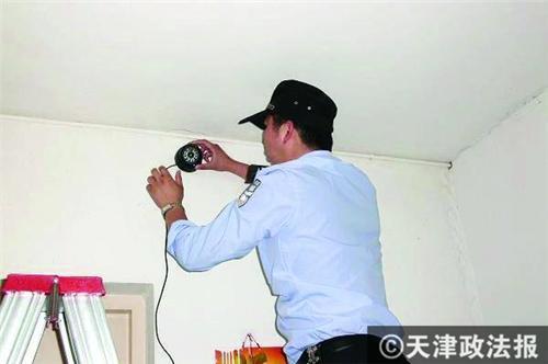 """民警安装小型""""电子眼"""""""