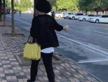 这大姨手里拿个喷壶,旁边有人走道儿就喷