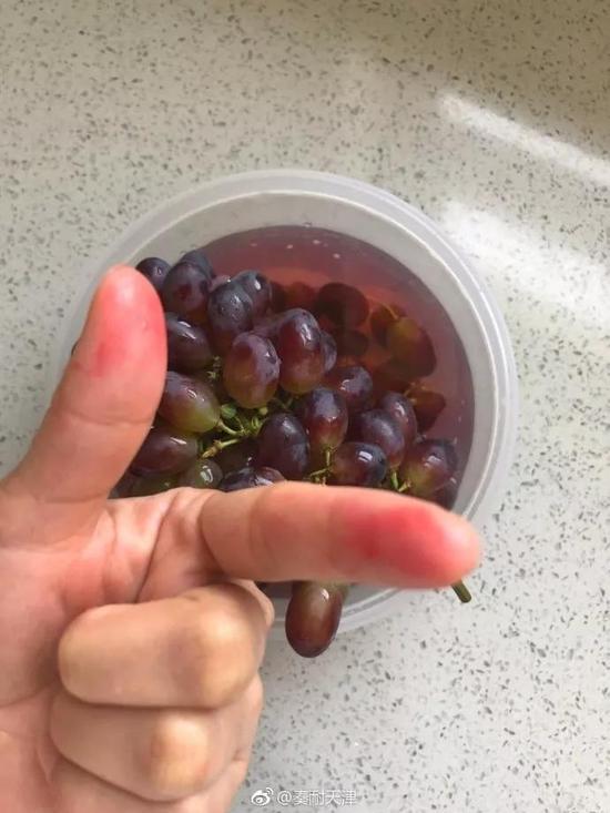 """也有网友称:""""在学校门口买了一串葡萄"""