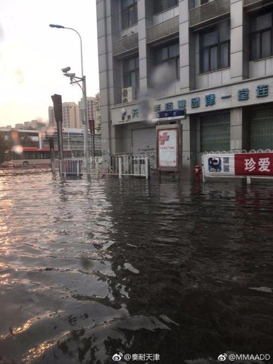 @卿出于实:北辰区天穆镇辰兴路与龙岩道交口,这是早晨的雨水。