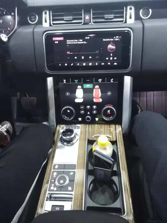 进入车内,新款揽胜的最大变化,就是全系标配上下两块10英寸的液晶屏幕,
