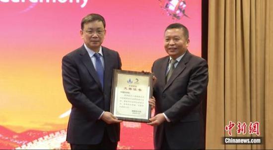 中国国家航天局局长、探月工程总指挥张克俭向中国科学院院长侯建国交接样品证书。李晨摄