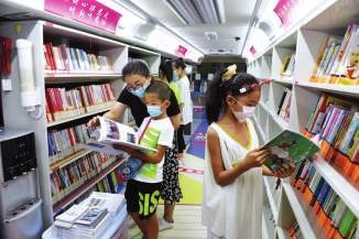 新区图书馆流动服务车为市民服务