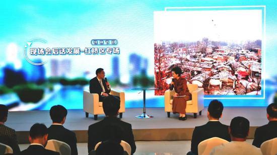 ▲红桥区区委书记李清接受天津广播电视台广播新闻中心主持人孙阳的采访