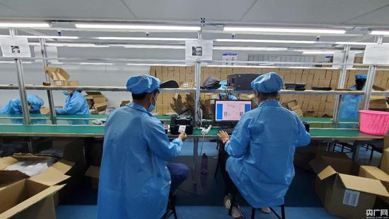 工人正在调试设备(央广网记者 刘阳摄)