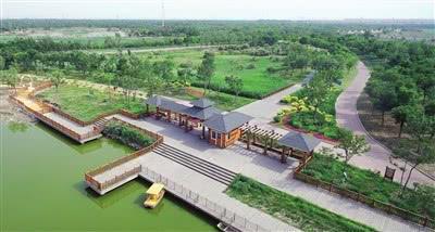 作为滨海新区20项民心工程之一的官港森林公园绿化提升工程已经完成,该园栽种有大量陆、水生植物,有亲水平台11处、景观道路3.2万平方米。