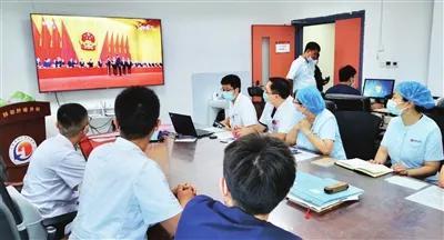 昨日上午,天津医科大学组织师生收听收看表彰大会实况。本报记者 谷岳 摄