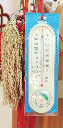 翟先生家客厅,墙上温度计显示室温 只有16℃。