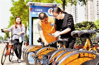 近日,飞鸽自行车研制出的电子围栏共享单车管理系统在本市东丽区军粮城新市镇投入使用,为共享单车的规范管理提供了新方法。 刘乃文 翟鑫彬摄
