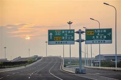 外环线东北部调线工程全线标准路段均采用双向八车道快速路标准,宽度50米,是全封闭、控制出入的城市快速路。本报记者 张磊 通讯员 李翔 王鹏 摄