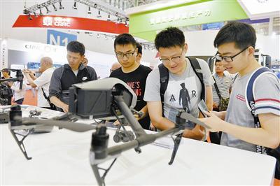 各种用于拍摄的无人机吸引了年轻人的目光。