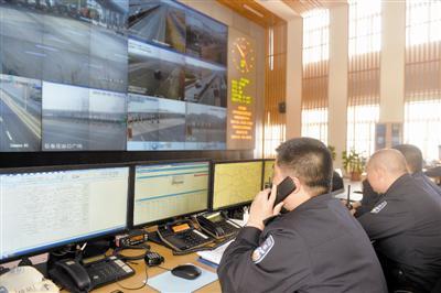 天津市高速公路路网信息服务中心的工作人员随时关注路面情况。
