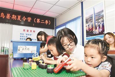 暑期家长陪孩子上儿童人工智能课程教育