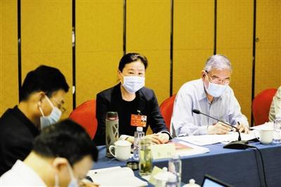 昨天,住津全国政协委员讨论政府工作报告。