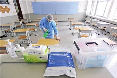 第一中学考点工作人员严格开展考务相关准备工作。谷岳摄