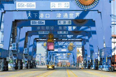 天津港集装箱码头自动化示范区作业现场。