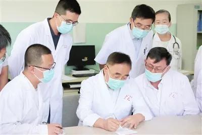张伯礼院士(中)在甘肃省临洮县人民医院巡诊查房,把脉开方。照片由天津中医二附院提供