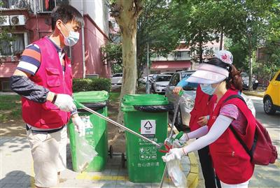 今年5月以来,河东区3000多名机关干部利用休息时间,走上街头、深入社区,参与清整义务劳动。本报记者吴迪摄