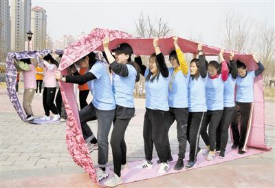 图2  昨天,北辰区青(广)源街妇联、总工会举办的趣味运动会在双青公园举行。保障房片区的女干部、女职工通过趣味运动的比拼,展现出新时代女性积极向上、团结拼搏的精神风貌。