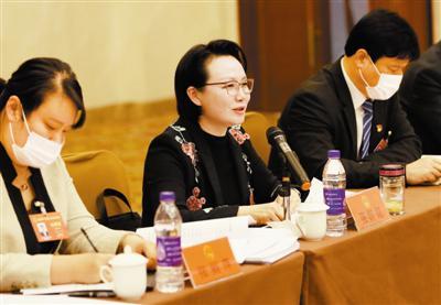 市人大代表张婼婼在会上发言。