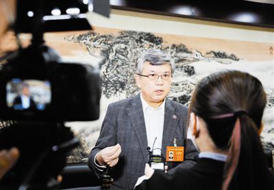市人大代表龚克接受媒体采访。