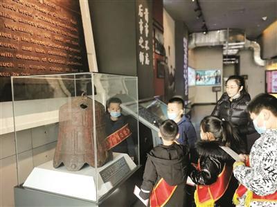 孩子们了解大沽铁钟历史