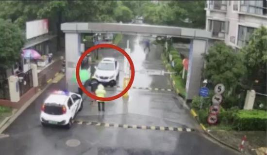 怄气!司机堵小区出口被拘 网友:还以为欠45万呢