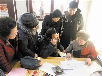 图为工作人员接待棚改群众咨询。