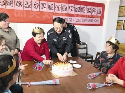 交警们给老妈妈服务队过母亲节