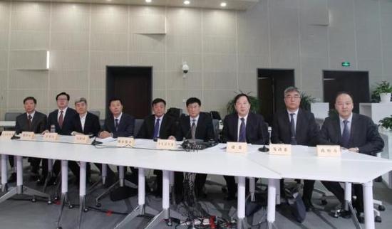 东丽区区长孔德昌(上图左)携区相关部门负责人做客直播间