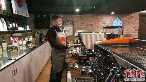 咖啡馆内的店员。中国青年报·中青在线记者 胡宁/摄