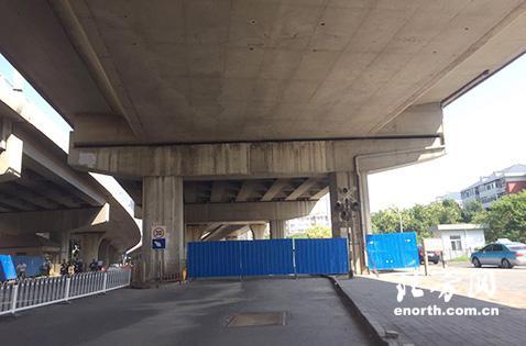原来桥下双向混行车道被封闭