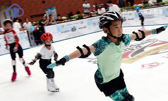 暑期参加冰雪运动的孩子们
