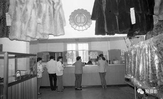 1990年10月,服装十二厂内储蓄所。王志贵摄