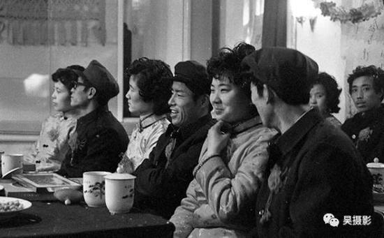 1982年1月,建材局十五对青年喜结良缘。韩振铎摄