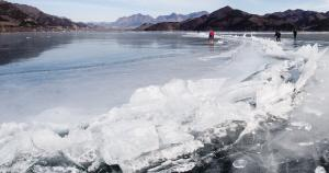 蓟州区环秀湖冰体出现挤压,冻出了长长的冰凌带。