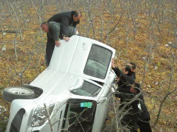 红姐图库陕西一男子开车接电话 连人带车翻入1米深土壕
