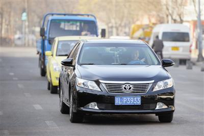 一辆北京牌照车辆在本市市区行驶。