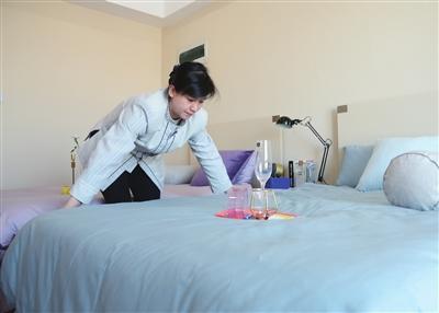 天住领寓长租公寓每周为住户提供专业免费保洁服务。本报记者 张磊 摄
