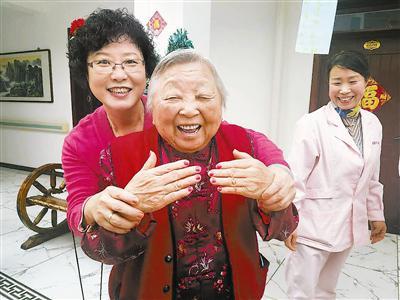 96岁的金林大展示做的美甲