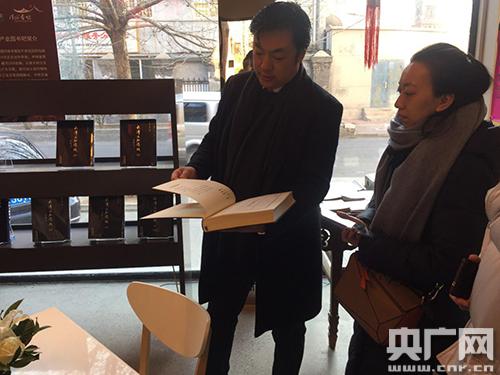 李云飞向记者展示《问津》系列刊物