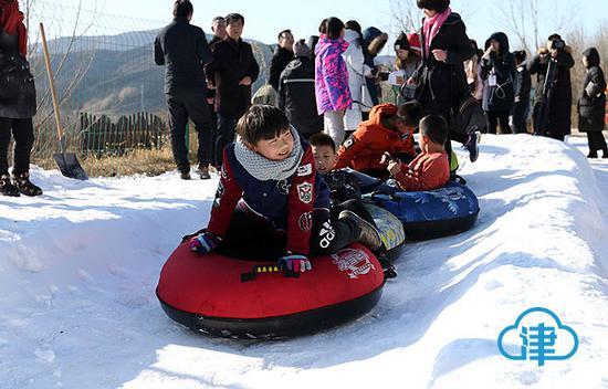 小穿乡野公园的滑雪场吸引了不少游客