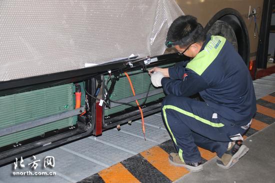 工作人员在天津银隆新能源有限公司总装车间配电池