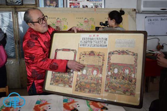 年画传承人董静展示收藏的东丰台老年画