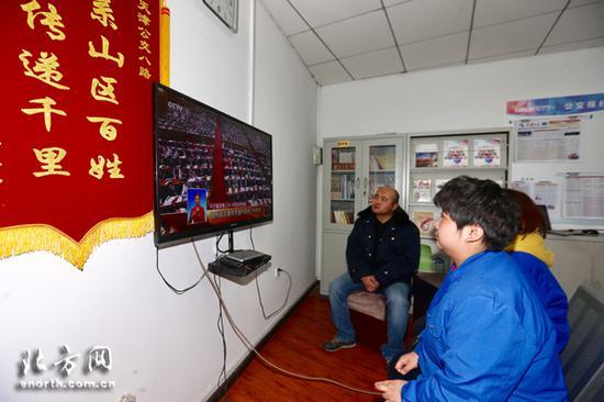 天津公交8路车队收听收看人大开幕