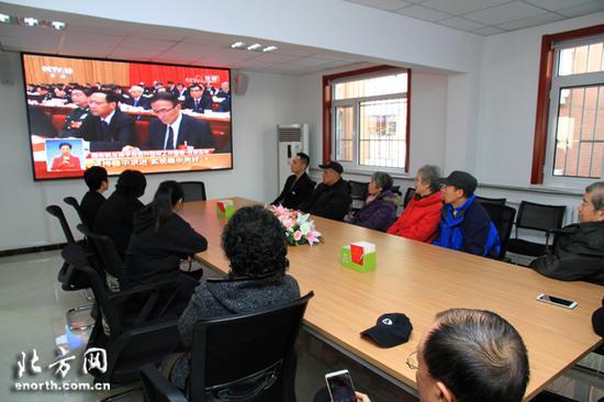 河西区九江路社区收听收看政府工作报告